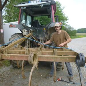 Thomas répare le cultivateur